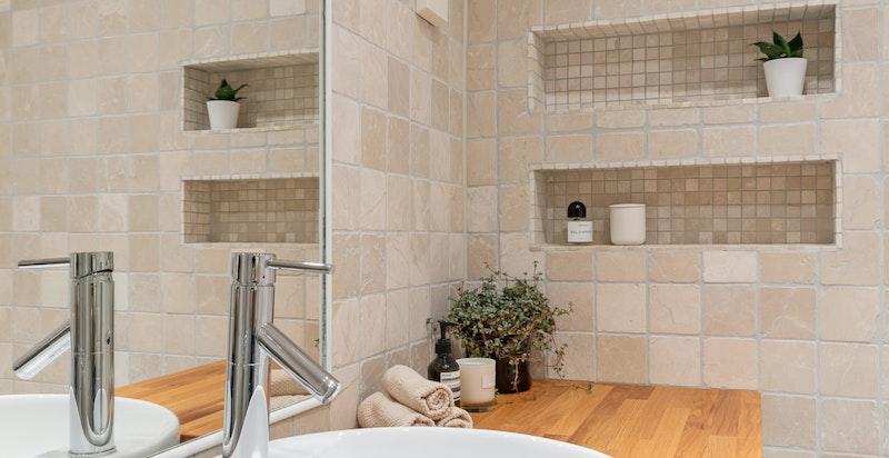 Praktiske nisjer i dusj og på vegg.