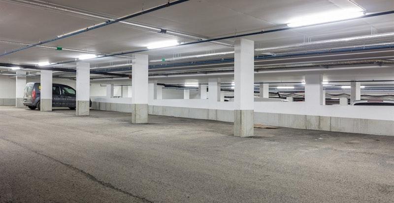 Det medfølger 1 garasjeplass i felles anlegg med heis til leilighetsplan.