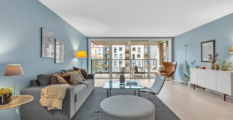 Stor stue med utgang til romslig balkong.