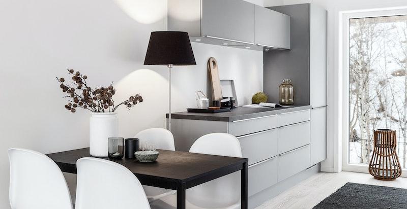 Kjøkken med plass til spisebord.
