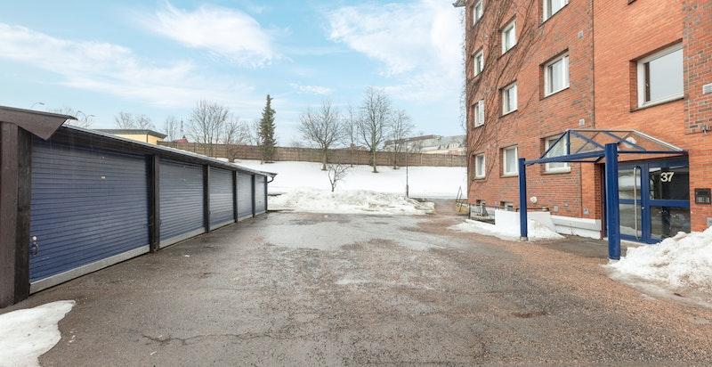 Mulighet for leie av garasjeplass og utvendig biloppstillingsplass i sameiet. Utleie organiseres etter venteliste.