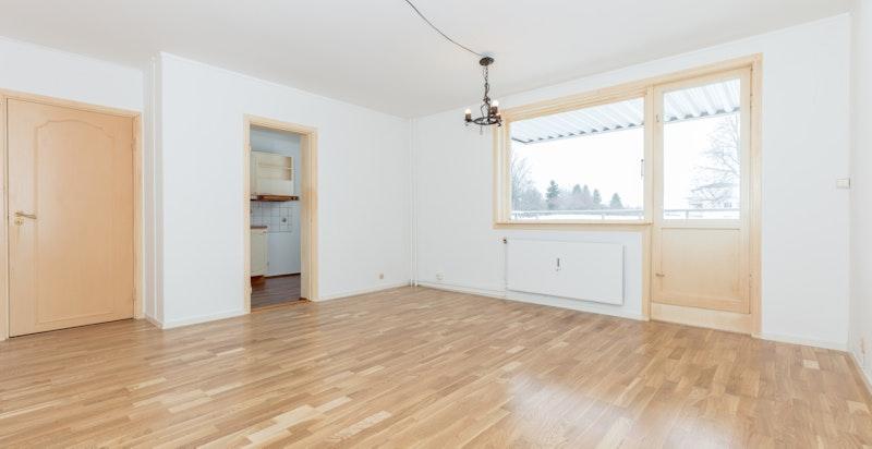 Leiligheten har en lys og romslig stue med gode lysforhold fra store vindusflater.