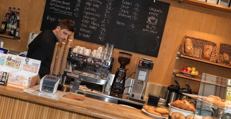Nærområdet kan i tillegg til grøntområder og lekeplass tilby en meget trivelig kafe med uteplasser, deilige bakevarer, brød og kaffe som har åpent alle dager.