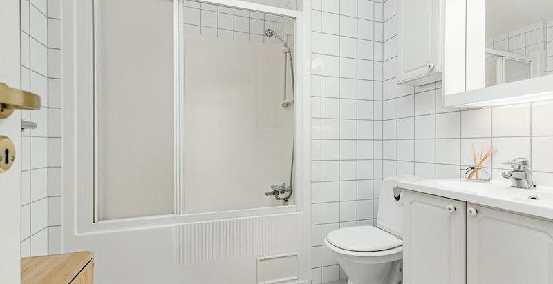 Flislagt baderom med dusj/badekar