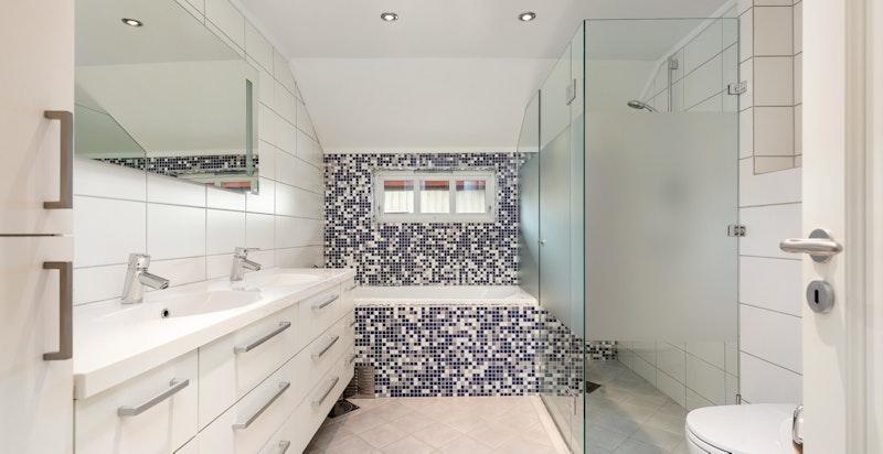 Moderne og tidløst flislagt bad fra 2007 med gulvvarme og downlightsbelysning i 2. etasje.