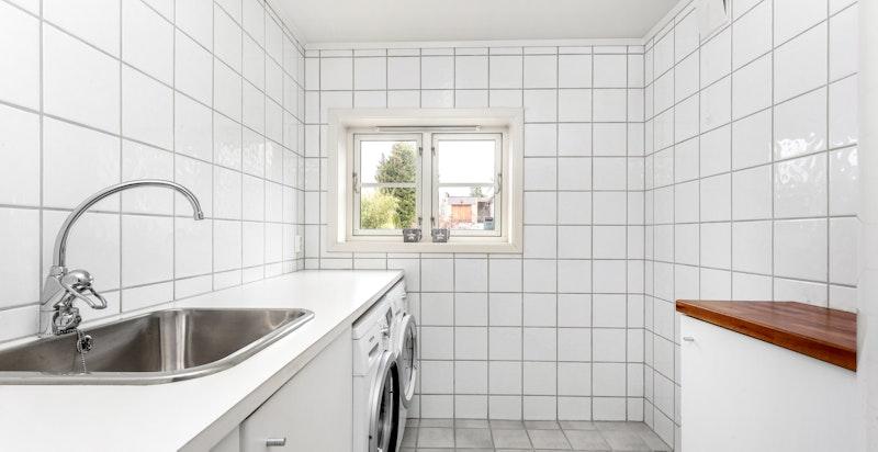 Flislagt vaskerom med gulvvarme oppusset i 2004 med opplegg for vaskemaskin og tørketrommel.