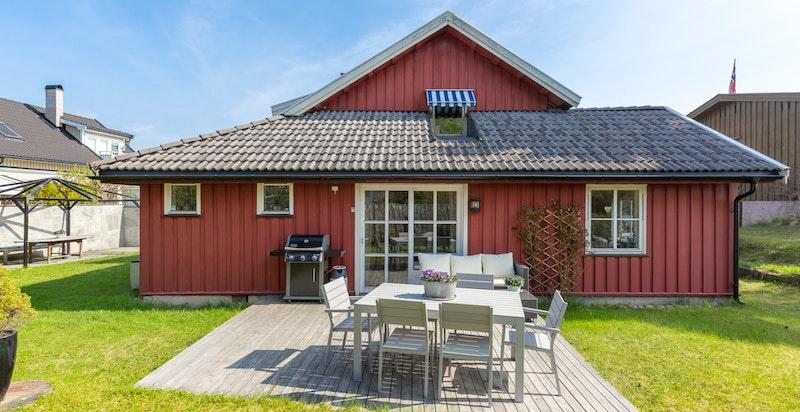 Eiendommen har en flott opparbeidet hage rundt store deler av boligen med flere uteplasser hvor forholdene er lagt til rette for sommeridyll og hygge.