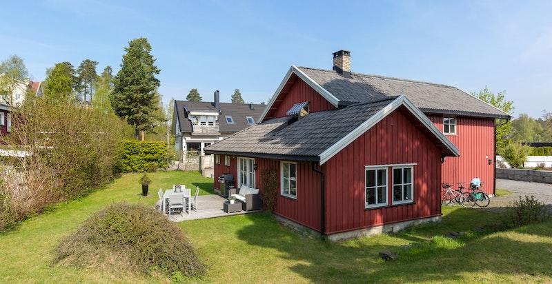 Idyllisk eiendom med solrik, tilbaketrukket og trafikkstille beliggenhet i maritime omgivelser med umiddelbar nærhet til fjorden.