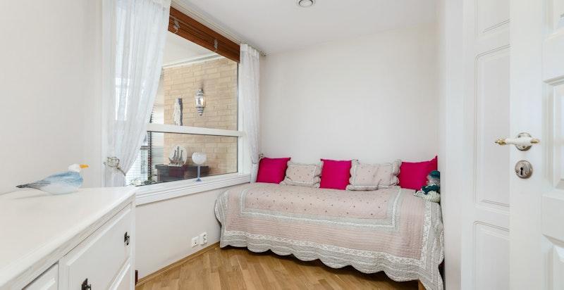 Soverom II egner seg godt gjesterom, kontor, barnerom, o.l. Rommet er innredet med garderobeskap og har plass til enkeltseng.