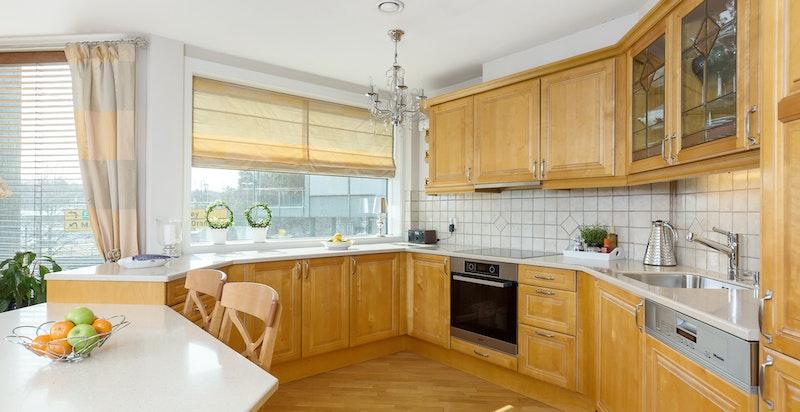 Kjøkkenet er utstyrt med integrerte hvitevarer fra Miele, som inkluderer kjøl/frys, oppvaskmaskin, stekeovn og platetoppp.