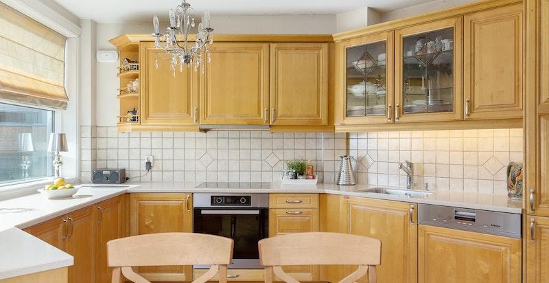 Ventilator over platetopp, rustfri oppvaskkum og blandebatteri fra 2013.