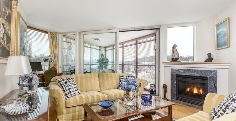 Leiligheten har en luftig stue/spisestue med gode lysforhold fra store vindusflater og gasspeis.