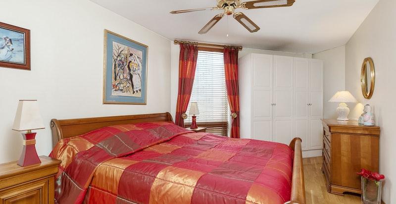 Hovedsoverommet er romslig med garderobeinnredning og god plass til dobbeltseng med tilhørende møblement.