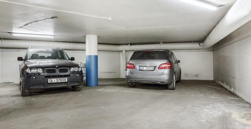 Det medfølger 2 garasjeplasser til leiligheten.