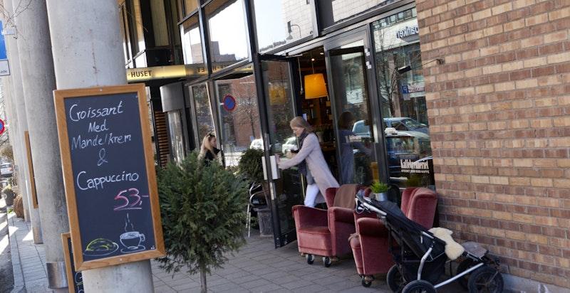 Karenslyst Allé er en populær handlegate med en rekke butikker, restauranter, kafeer og servicefasiliteter, som et naturlig sentrum og møtepunkt for beboerne på Skøyen.