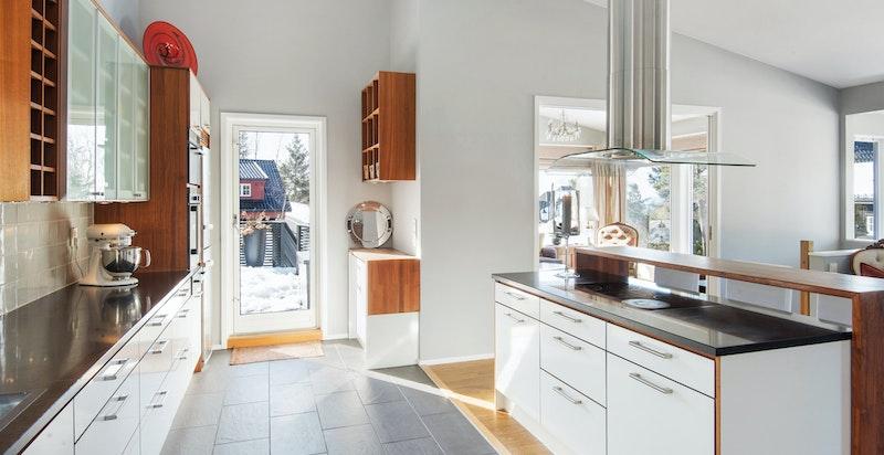 Direkte utgang til platting og hage fra kjøkken