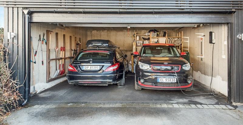 Dobbel garasje med el-billader og nylig oppgradert garasjeport