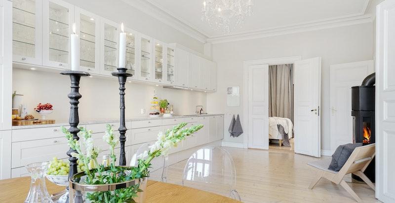 Kjøkkeninnredning er 7,5 meter fra vegg til vegg med Carrara benkeplate fra Sigvartsen