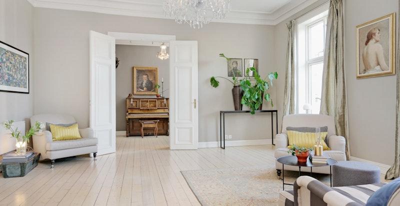Stuene og kjøkkenet har en takhøyde på hele 3,33 meter fra gulv til tak