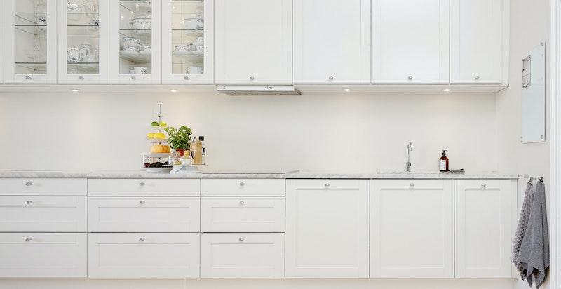 Kjøkkenet har rikelig med skap- og lagringsplass i over og underskap
