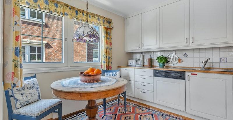 Hyggelig kjøkken med plass til frokostbord