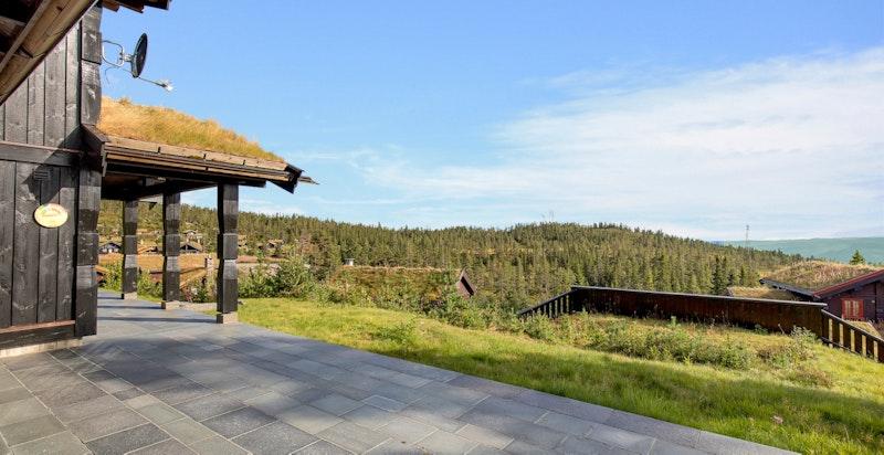 Stor hellelagt trrasse med nydelig utsikt