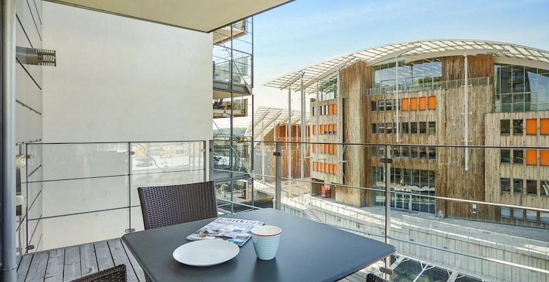 Vestvendt balkong med flotte sol- og utsiktsforhold.