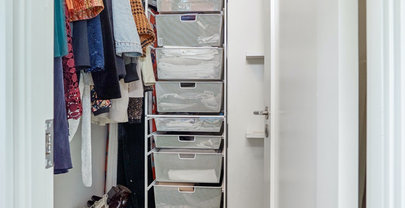Walk-in garderobe tilknyttet hovedsoverom.