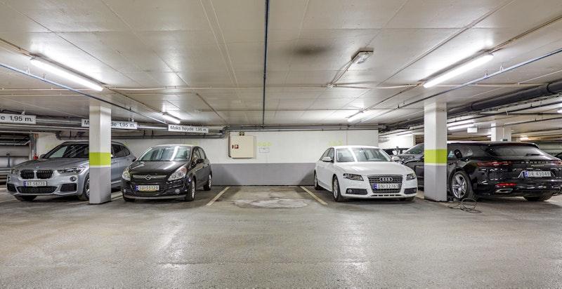 Det medfølger egen garasjeplass i felles anlegg.