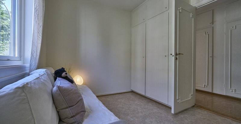 Soverom 2 mot garderobe i gangen