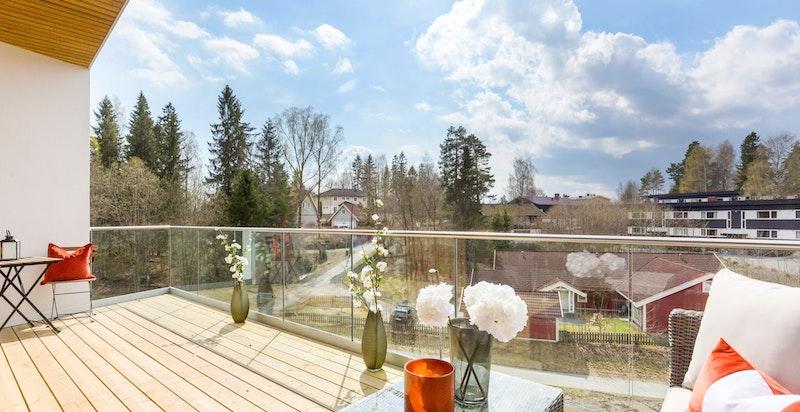 Stor vestvendt balkong på ca. 19,5 kvm med gode solforhold og hyggelig utsyn!
