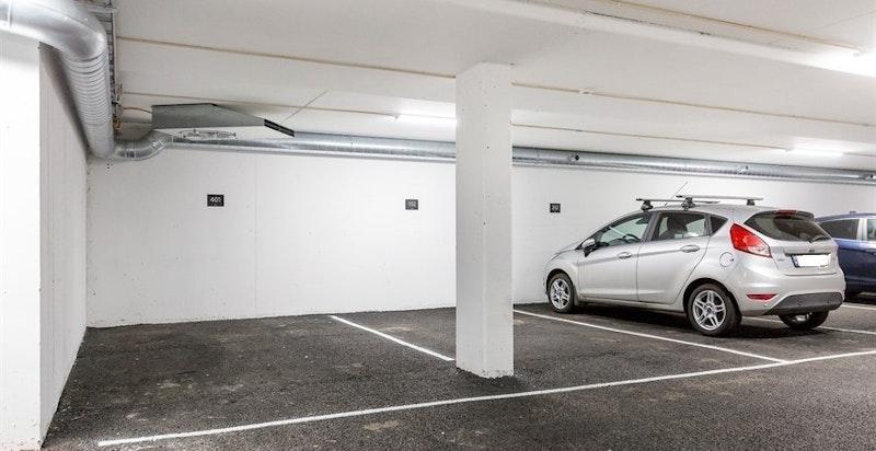 Det medfølger 1 garasjeplass med heis til leilighetsplan.