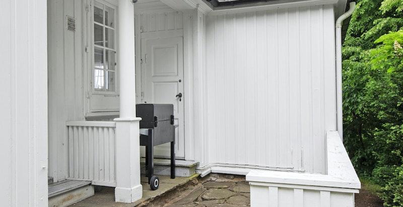 Kjøkkentrapp og plass til grilling eller en kaffe i morgensolen