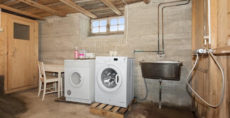 Kjeller med opplegg for vaskemaskin og tørketrommel