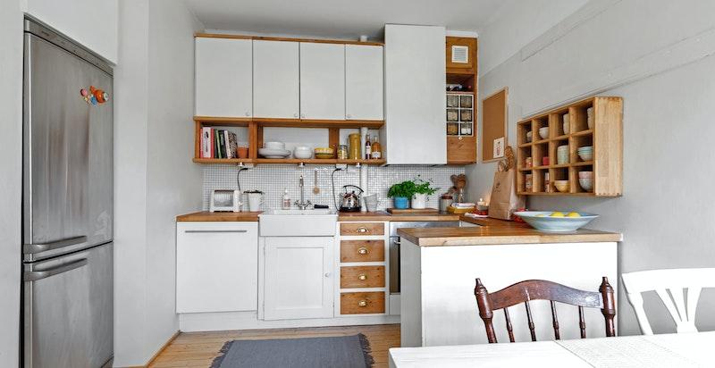 Nyere heltre benkeplater. Innfelt oppvaskkum i porselen. Integrert oppvaskmaskin, koketopp og stekeovn