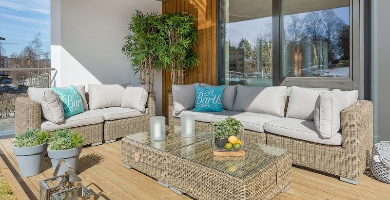 Fra stuen er det utgang til romslig vestvendt og solrik terrasse.