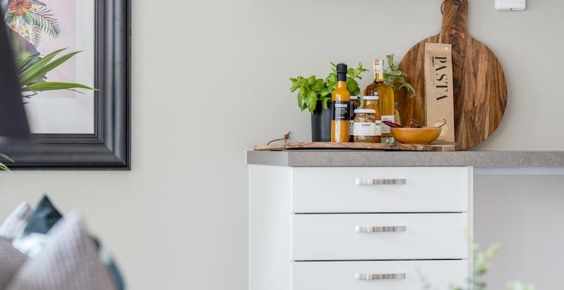 Kjøkkenet er forberedt for oppvasmaskin, innbygningskomfyr og kjøl/frys.