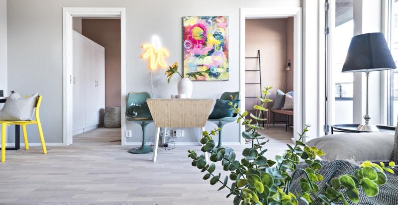 Innvendig fremstår leiligheten som lys og luftig med ekstra takhøyde på 2,8 meter under taket, gode lysforhold fra store vindusflater og god standard.