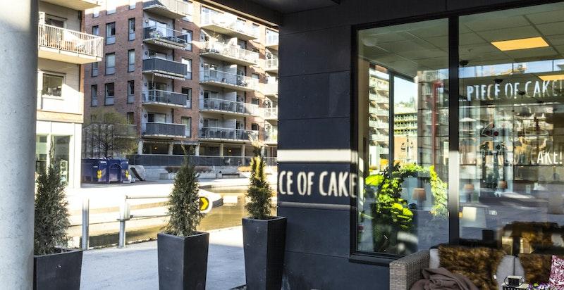 """Kun 200 meter fra boligen ligger """"Piece of cake"""". I tillegg til kaffe og kaker vil de holde åpent på kveldstid med servering av pizza, øl og vin."""