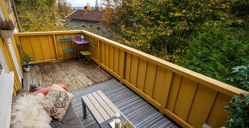 Balkongen har hyggelig utsyn og plass til utemøbler