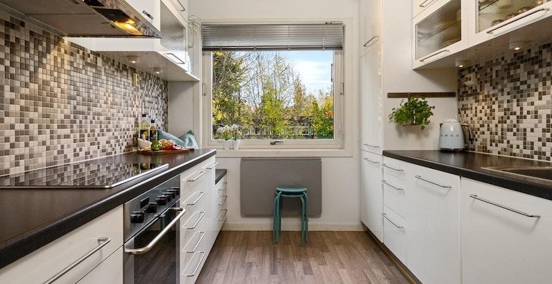 Hyggelig og pent kjøkken med spiseplass