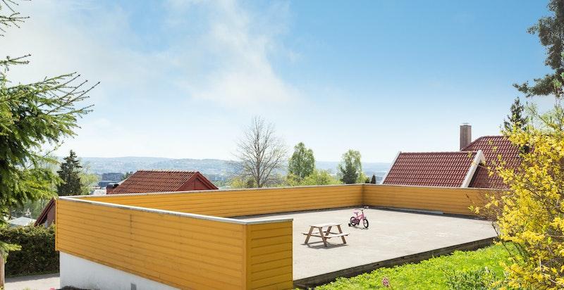 Taket til garasjene nedefor utgjør et fint lekeareal