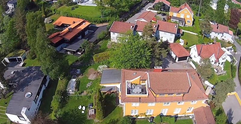 Her ser du eiendommen med takterrassen litt bedre