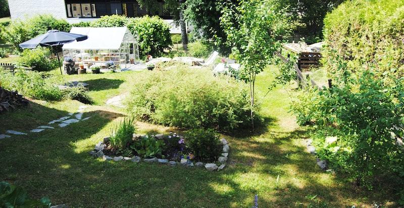 Frodig og idyllisk hage