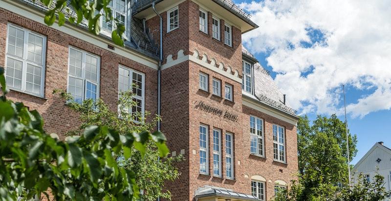 Nordstrand skole ligger få minutter unna boligen og det er begrenset med biltrafikk opp.