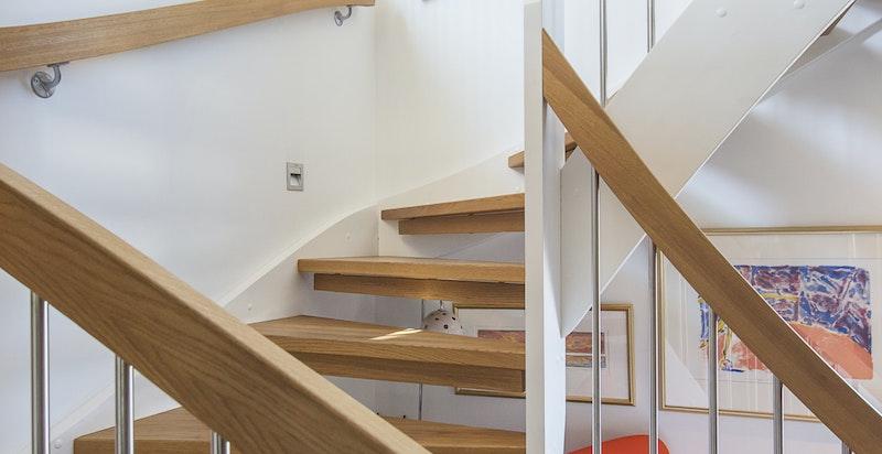 Svært pene og moderne trapper i hele boligen.