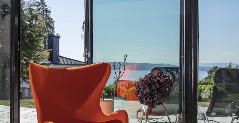 Boligen her hel glassfasade i utsiktsretningen, dette er med på å skape en helt magisk atmosfære i store deler av boligen.