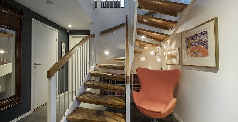 I boligens underetasje er det et soverom, baderom / vaskerom, en romslig bod (idag benyttet til næring) og garderober for oppbevaring.