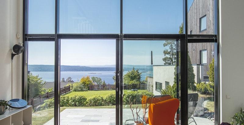Foran boligens store glassfasader er det montert automatiske persienner. Dette gjør at det ikke blir for varmt inne i huset selv om solen står på.