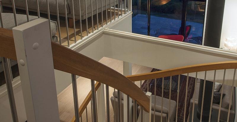 Utsikten kan du nyte fra store deler av boligen. Her sett fra mezzaninen i 2.etasje.